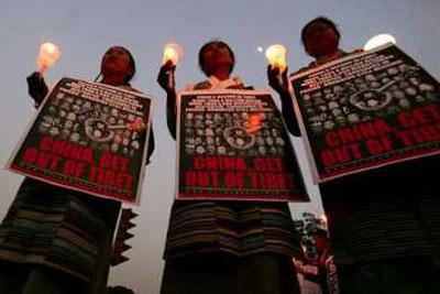 Свечи в Калькутте в память о жертвах китайских репрессий