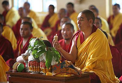 Дамчо Нима, мастер пения монастыря Гьюдмед, ведет ритуал Чакрасамвары
