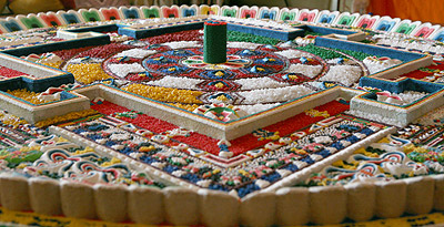 Песочная мандала Чакрасамвары, построенная для проведения большого четырехдневного ритуала