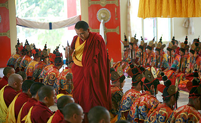 Облачаясь в костюмы и короны тантрических божеств, монахи представляют себя в образе Чакрасамвары