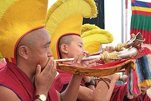 Монахи-музыканты возвещают о приближении божеств протяжными звуками труб-ганлинов