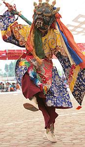 Защитные божества из свиты Каларупы танцуют под рокот длинных труб-дунченов