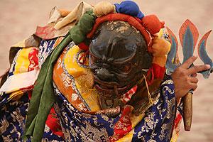 Цамуди, супруга Каларупы, исполняют сложный танец с трезубцем