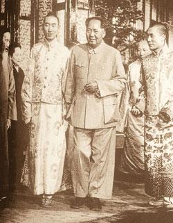 В 1957 году Панчен-лама (справа) и Далай-лама (слева) на встрече с Мао Цзе-дуном пытались решить вопрос о будущем Тибета.