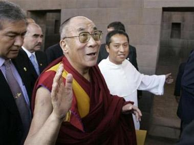 Духовный лидер Тибета Тензин Гьяцо прибыл в индейский храм Кориканча в Кузко в 570 км к юго-западу от Лимы, Перу.