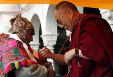 Далай-лама обменивается подарками с главой общины индейцев племени Инка Керо