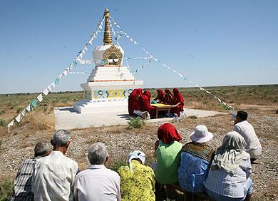 В последний день пребывания монахов Гьюдмеда в Лагани люди последовали за ними на ступу