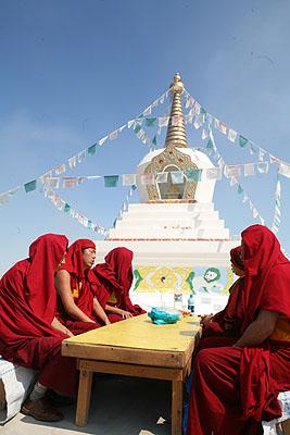 Монахи монастыря Гьюдмед читают ритуал благословения ступы Просветления