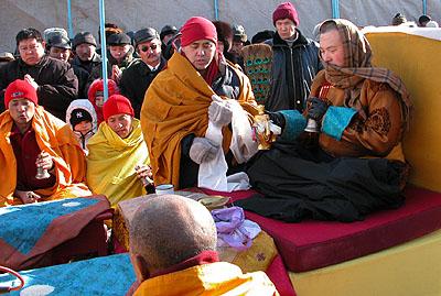 Верховный лама Калмыкии Тэло Тулку Ринпоче и монахи Гьюдмеда освящают ступу Просветления