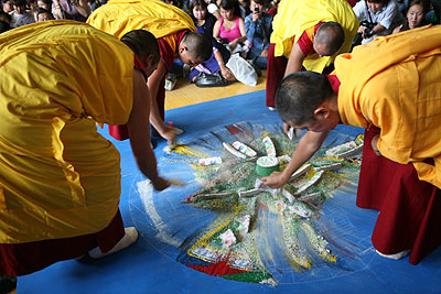 Благословленный многодневными ритуалами песок собирают в сосуд и относят к реке