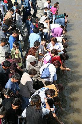 Тувинские буддисты совершают омовение в водах реки Енисей, куда был высыпан песок мандалы Зеленой Тары