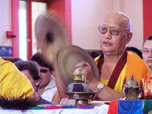Доктор буддийской философии геше-лхарамба Тензин Дугда на праздничном молебне по случаю первого поворота Колеса Учения