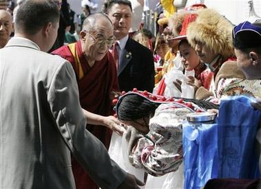 Представители разных народностей Тибета, Монголии и стран гималайского региона встречают Далай-ламу в Денверском университете