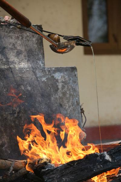 Огненная пуджа: ритуальное  подношение огню