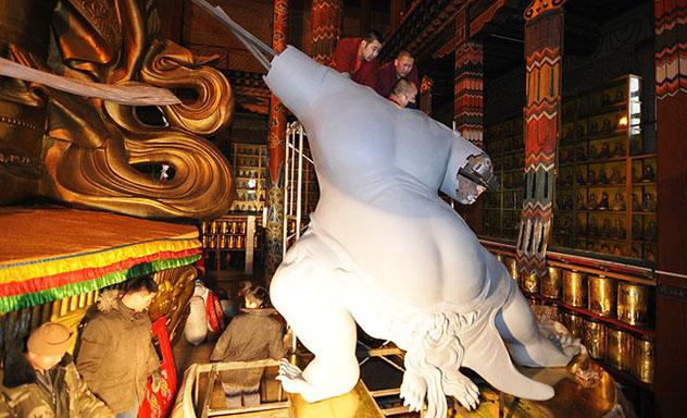 Благословение  статуи Очирвани в монастыре Гандантэгчинлин в Монголии