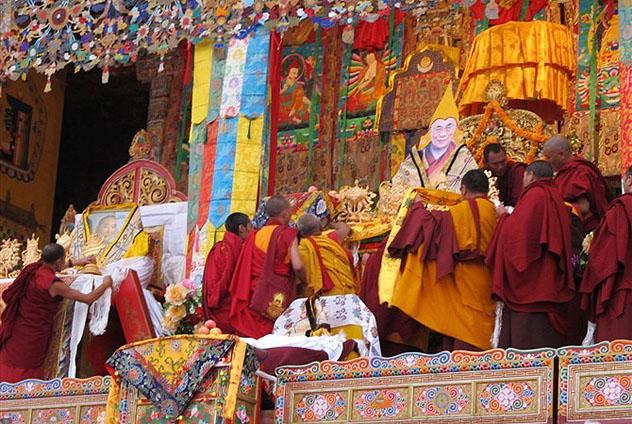 В Тибете тысячи монахов вознесли на трон портрет Далай-ламы