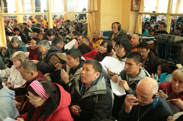 Тысячи буддистов собрались на учения Далай-ламы для россиян в Индии