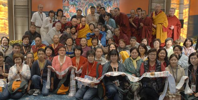 Фотографии Его Святейшества Далай-ламы с участниками учений в Дели