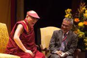 Его Святейшество Далай-лама и его переводчик Тензин Цепаг смеются во время беседы в Гражданском театре  в Окленде, Новая Зеландия. 12 июня 2013 г. Фото: Кэлли Стокдэйл