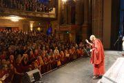 Его Святейшество Далай-лама прощается со зрителями по завершении беседы в Гражданском театре  в Окленде, Новая Зеландия. 12 июня 2013 г. Фото: Джереми Рассел (ОЕСДЛ)
