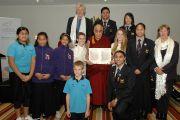 Члены Фонда мира вместе с Его Святейшеством Далай-ламой держат декларацию об объявлении Окленда городом мира. Окленде, Новая Зеландия. 12 июня 2013 г. Фото: Джеки Уокер.
