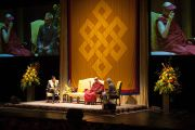 """Его Святейшество Далай-лама читает лекцию о """"Пути к счастью"""" во время беседы в Гражданском театре  в Окленде, Новая Зеландия. 12 июня 2013 г. Фото: Кэлли Стокдэйл"""