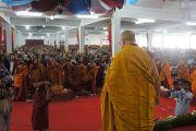 Его Святейшество Далай-лама приветствует собравшихся для проведения посвящения долгой жизни (цеванг) на первом этаже монастыря Ганден Джанце в тибетском поселении Мундгод, Карнатака. 21 июля 2013 г. Фото: Тензин Такла (ОЕСДЛ)