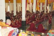 Его Святейшество Далай-лама наблюдает за диспутом  монахов в монастыре Ганден в молитвенном зале монастыря Ганден Лачи в тибетском поселении Мундгод, Карнатака. 21 июля 2013 г. Фото: Тензин Такла (ОЕСДЛ)