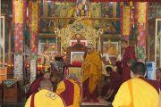 Его Святейшество Далай-лама прибывает в молитвенный зал монастыря Ганден Лачи перед началом заключительного дня дарования обетов гелонга (бхикшу) в тибетском селении Мундгод, Карнатака.  Его  Святейшество даровал посвящение 1017 монахам. 24 июля 2013 г. Фото: Тензин Такла (ОЕСДЛ)