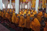 Группа монахов получают обеты гелонга (бхикшу) от Его Святейшества Далай-ламы в молитвенном зале в монастыре Ганден Лачи в тибетском поселении Мундгод, Карнатака. 24 июля 2013 г. Фото: Тензин Такла (ОЕСДЛ)
