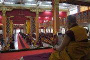 Его Святейшество Далай-лама обращается к собравшимся в главном молитвенном зале монастыря Ганден Джанце в тибетском поселении Мундгод, Карнатака. 22 июля 2013 г. Фото: Тензин Такла (ОЕСДЛ)