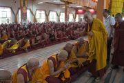 Его Святейшество Далай-лама приветствует старших монахов по прибытии в главный молитвенный зал монастыря Ганден Джанце в тибетском поселении Мундгод, Карнатака. 22 июля 2013 г. Фото: Тензин Такла (ОЕСДЛ)