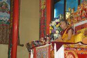 Его Святейшество Далай-лама обращается к собравшимся для традиционной церемонии приветствия духовного лидера в монастыре Ганден Шарце в тибетском поселении Мундгод, Карнатака. 23 июля 2013 г. Фото: Тензин Такла (ОЕСДЛ)
