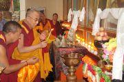 Его Святейшество Далай-лама зажигает масляный светильник по прибытии в  монастырь Ганден Лачи в тибетском поселении Мундгод, Карнатака. 21 июля 2013 г. Фото: Тензин Такла (ОЕСДЛ)