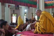 Шарпа Чойдже подносит мандалу Его Святейшеству Далай-ламе во время традиционной церемонии приветствия по его прибытию в монастырь Ганден Лачи в тибетском поселении Мундгод, Карнатака. 21 июля 2013 г. Фото: Тензин Такла (ОЕСДЛ)