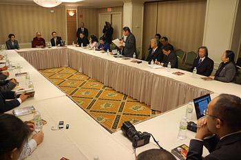 Перед отъездом в Европу Далай-лама провел несколько аудиенций, встреч и обсуждений в Нью-Йорке