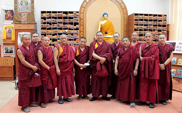 Монахи монастыря Дрепунг Гоманг возводят в Калмыкии мандалу Будды Амитаюса