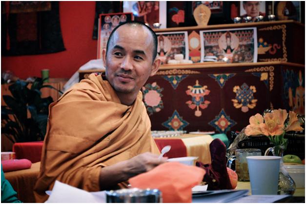 Досточтимый геше Нгаванг Тукдже дарует подробный комментарий на текст «Три главных основы пути»