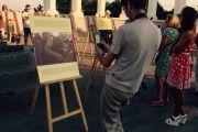 Фотовыставку «Далай-лама – пока существует пространство» показали на открытом воздухе