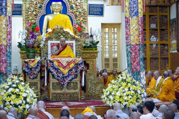 Далай-лама даровал четырехдневные учения по сочинению Нагарджуны «Драгоценная гирлянда» и провел посвящение Авалокитешвары в Дхарамсале