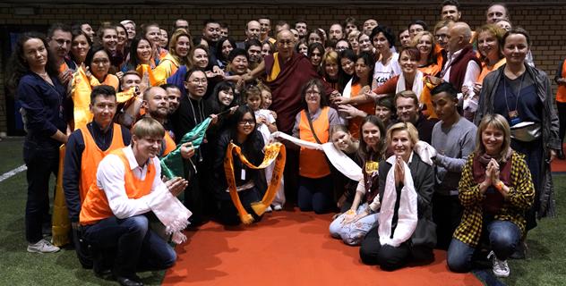 Фото. Рига – 2017. Его Святейшество Далай-лама и волонтеры
