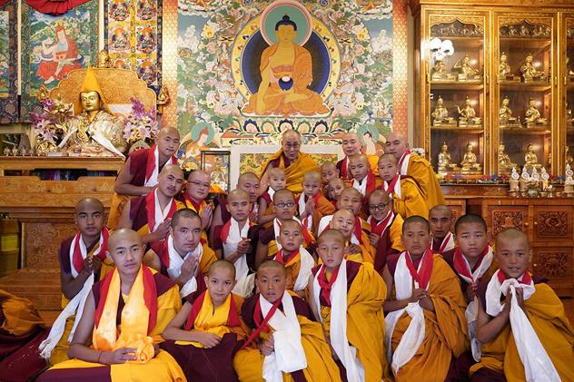 Его Святейшество Далай-лама провел в Дхарамсале церемонию дарования монашеских обетов