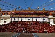 Восток встречается с Западом на групповом фотоснимке двух сообществ, присутствовавших на встрече, организованной Mind and Life Institute.