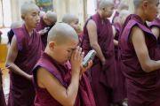 Юные послушники из Монголии слушают перевод наставлений Его Святейшества Далай-ламы во время церемонии дарования монашеских обетов. Дхарамсала, Индия. 8 октября 2018 г. Фото: дост. Тензин Джампхел.