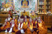 По завершении церемонии Его Святейшество Далай-лама фотографируется с монахами из Монголии, только что принявшими монашеские обеты. Дхарамсала, Индия. 8 октября 2018 г. Фото: дост. Тензин Джампхел.
