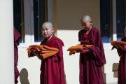 Послушники из Монголии направляются в зал собраний резиденции Его Святейшества Далай-ламы, чтобы принять монашеские обеты. Дхарамсала, Индия. 8 октября 2018 г. Фото: дост. Тензин Джампхел.