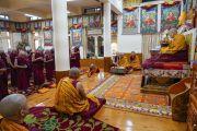 Его Святейшество Далай-лама обращается к послушникам из Монголии в начале церемонии дарования монашеских обетов. Дхарамсала, Индия. 8 октября 2018 г. Фото: дост. Тензин Джампхел.