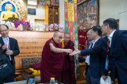 Его Святейшество Далай-лама благодарит китайских ученых по завершении первого дня диалога, организованного в главном тибетском храме. Дхарамсала, Индия. 1 ноября 2018 г. Фото: дост. Тензин Джампхел.