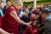 Возвращаясь в свою резиденцию по завершении первого дня диалога с китайскими квантовыми физиками, Его Святейшество Далай-лама приветствует верующих, собравшихся во дворе главного тибетского храма. Дхарамсала, Индия. 1 ноября 2018 г. Фото: дост. Тензин Джампхел.