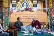 Его Святейшество Далай-лама держит за руку профессора Ли Юаньчжэ, выступая со вступительным словом в начале первого дня диалога с китайскими квантовыми физиками, организованного в главном тибетском храме. Дхарамсала, Индия. 1 ноября 2018 г. Фото: дост. Тензин Джампхел.
